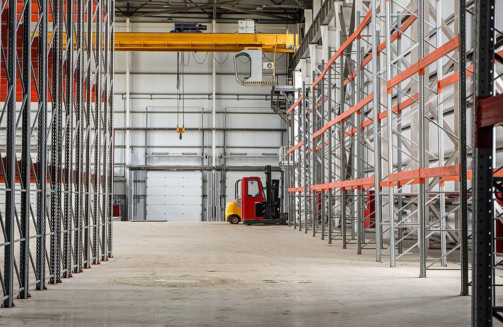 edificio industrial vacío con filas de racks